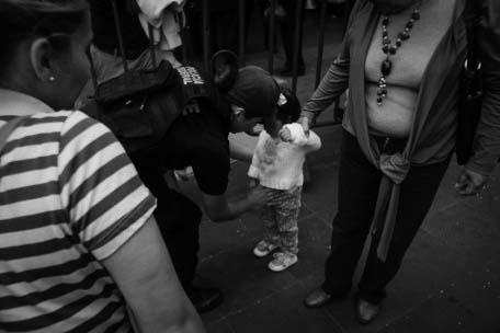 Permiso para cachear a niños en el Zócalo