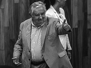¡Quieran a su pueblo, comprométanse!: José Mujica a mexicanos
